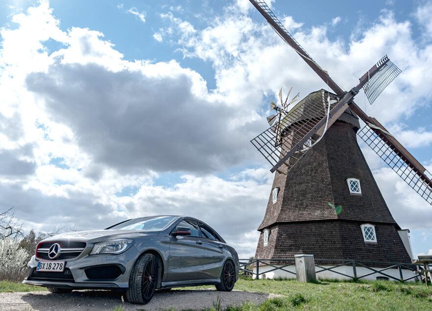 Mercedes-Benz nær vindmølle